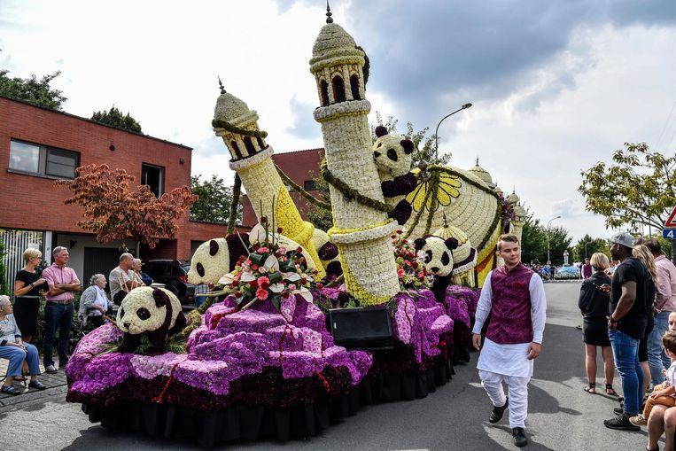 Deze wagen met de Taj Mahal en enkele panda's vertegenwoordigt Azië.