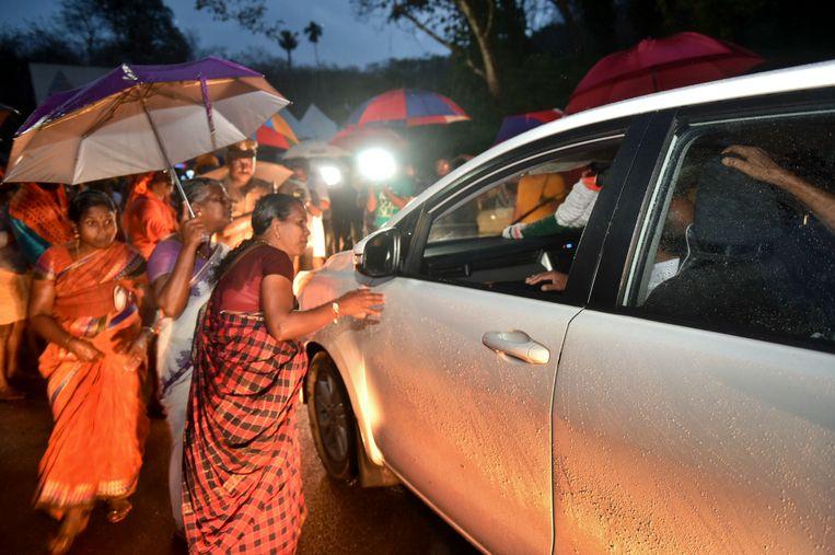 Hindu vrouwen die tegen de rechterlijke uitspraak zijn controleren auto's die onderweg zijn naar de tempel. Beeld AP