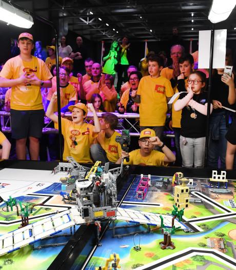 Rolstoelglijbaan en vuilnisbakken met sensoren, kinderen bedenken robotica-oplossingen
