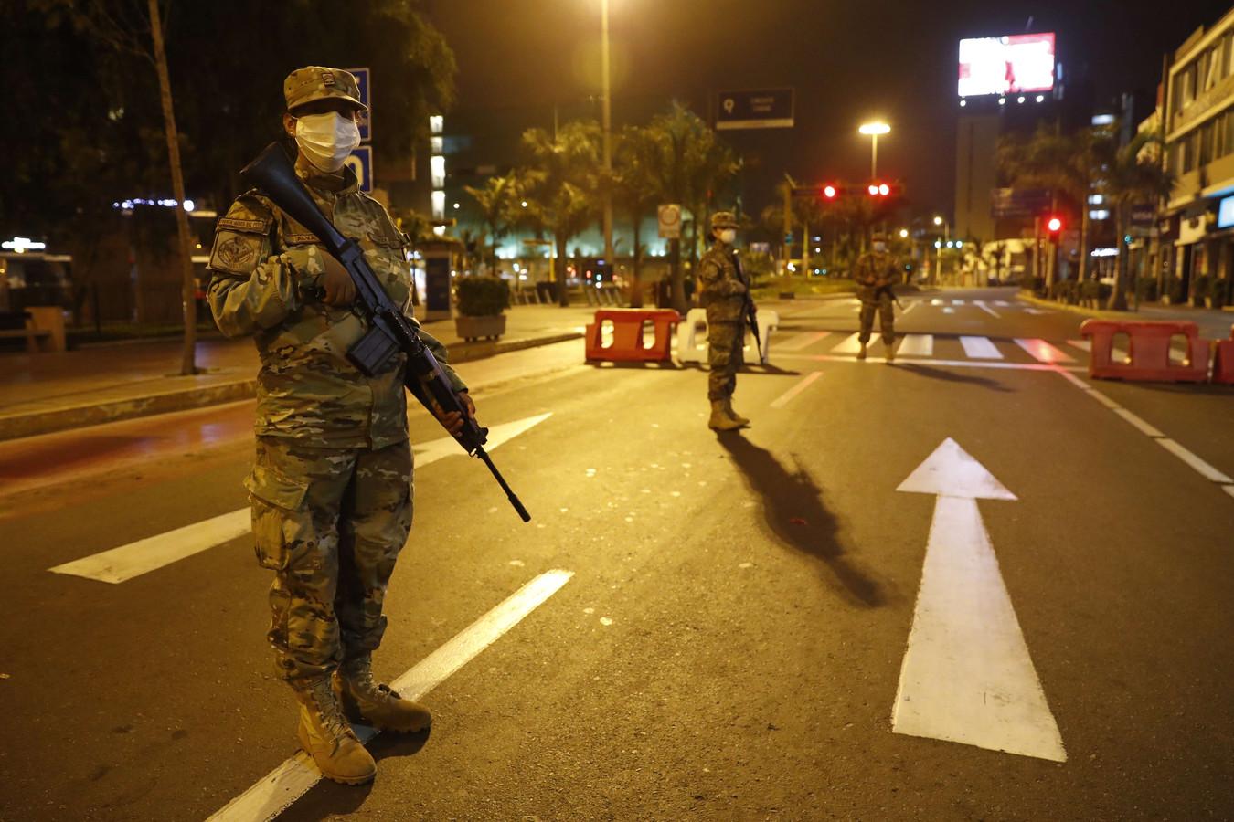 Op elke hoek van de straat staat wel een militair, zeggen gestrande toeristen in Peru.