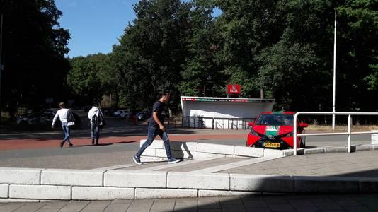 Ali B wandelt het Goffertstadion binnen.