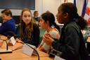 Groep 8 van De Fonkel debateert in de Tilburgse raadzaal.
