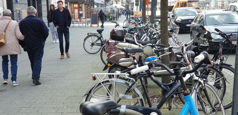Een rij geparkeerde fietsen op de Grote Markt in Turnhout.