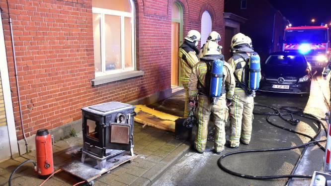 Kolenkachel explodeert in woonkamer: bewoner houdt hoofd koel en blust zelf brand