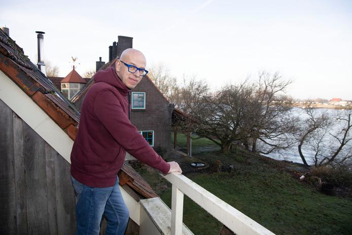 Niels van Hoorn in de tuin van zijn woning in de Millingerwaard.