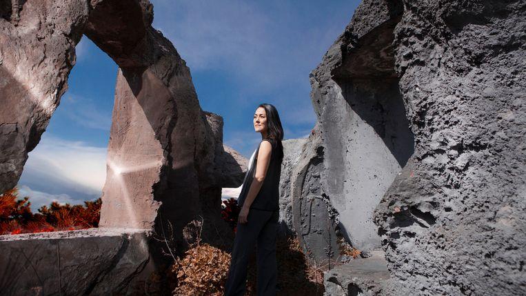 Lavinia Meijer staat in het midden van de sculptuur: 'Batara' van Anne Holtrop. Beeld Anouk van Kalmthout