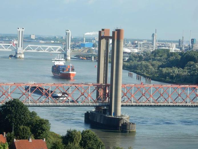 Het schip kon volgens Rijkswaterstaat nog op tijd draaien