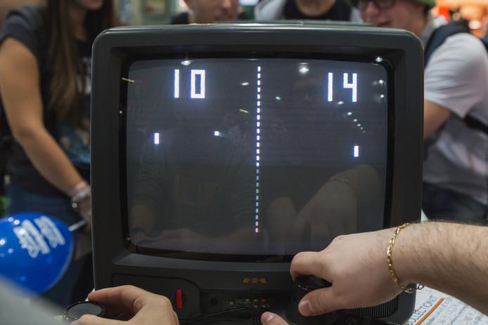 Het spel Pong op een oude tv, tijdens een spelletjesbeurs in Milaan in 2014.