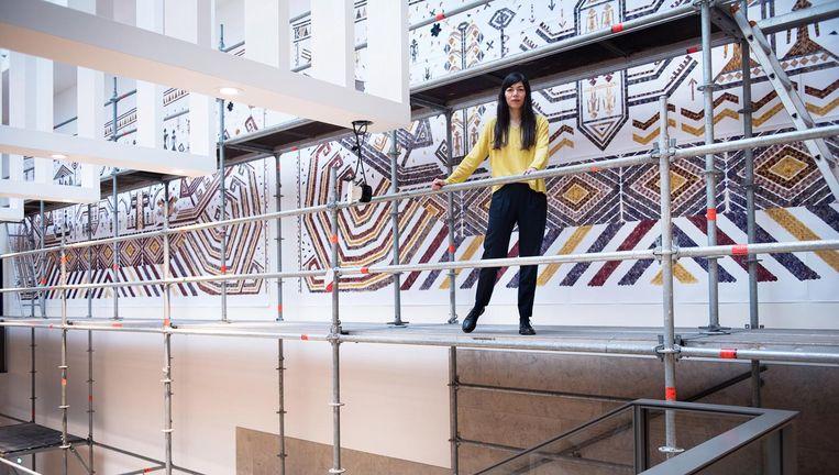 Jennifer Tee voor haar installatie van tulpenblaadjes in het Rijksmuseum. Beeld Els Zweerink