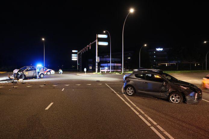 Twee auto's botsten woensdagavond op de IJsselallee in Zwolle frontaal op elkaar.