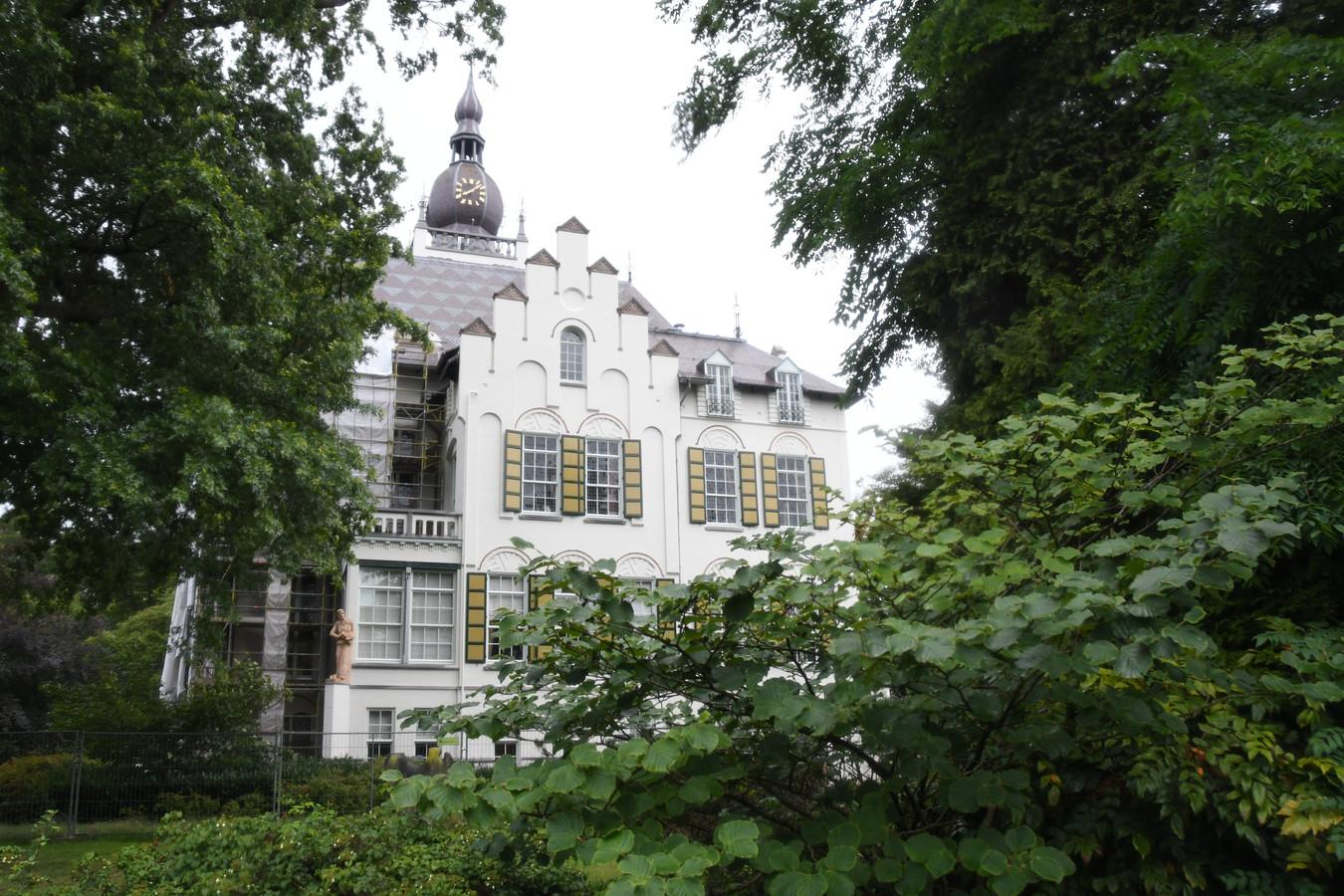De Vughtse gemeenteraad moet terug komen van het zomerreces voor een spoeddebat over de Jagersboschlaan.