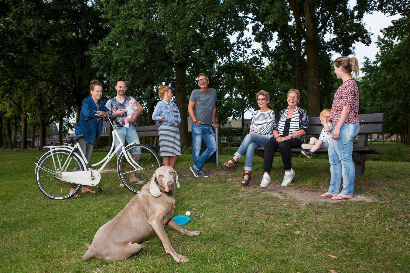 Leden van het buurtteam Gemert Binnen-Slenk, met op de bank, met sjaal, Afra ter Laak en links Wiesje van Nunen van Buurkracht die de groep ondersteunt.