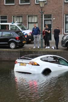 Gloednieuwe Tesla te water in Schiedam