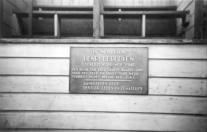 Historisch beeld van ZAC rond de onthulling van een plaquette voor Henri Derboven in 1940. De plaquette raakte zoek bij de verhuizing van het sportpark en wordt nu opnieuw geplaatst.