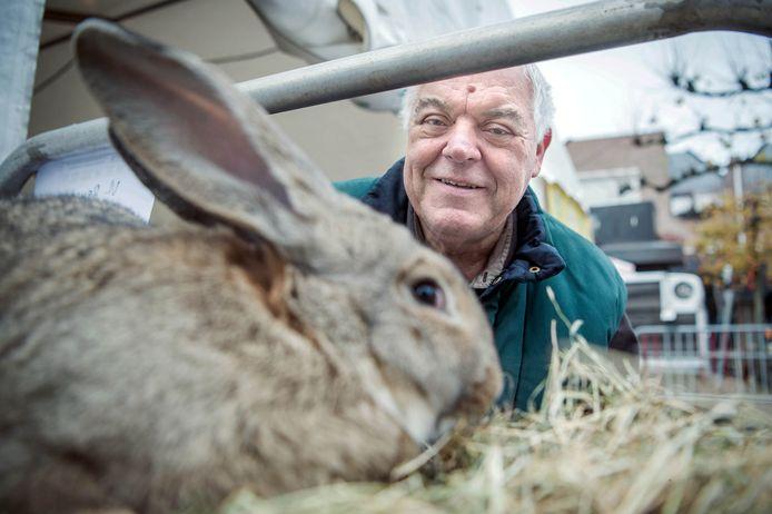 Jos Janssen met zijn konijnen.