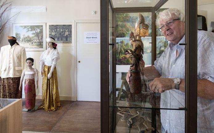 Peter Jan van Haaften bij een vitrine met wajangpoppen op de tentoonstelling Oost-West, waarmee de expositie rond 75 jaar vrijheid wordt uitgebreid.