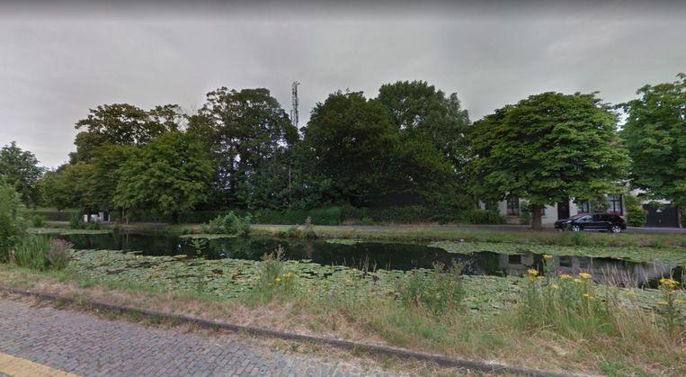 De tijdelijke pyloon, vanaf de Vlaanderenkaai bekeken, tegenover het openluchtbad Abdijkaai. De tijdelijke past wordt netjes gecamoufleerd door een groenscherm en bomen. Daar zou met de nieuwe pyloon geen sprake meer van zijn.