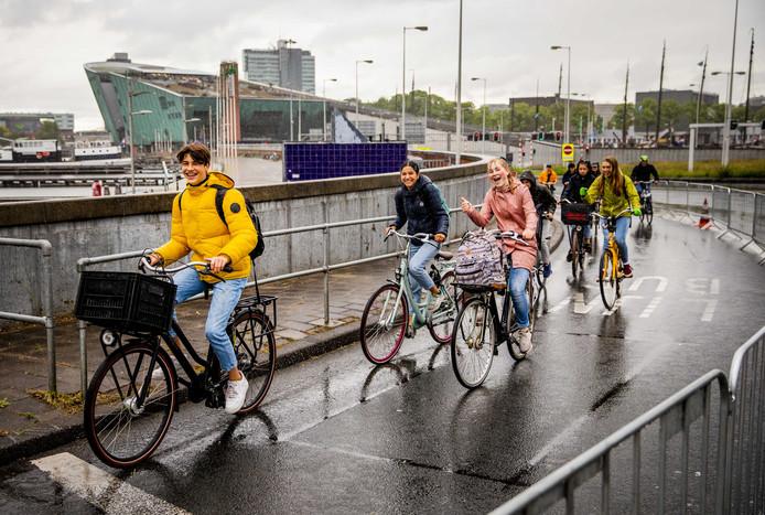 Fietsers in de IJtunnel. Omdat de veerponten over het IJ niet varen vanwege de ov-staking, is de tunnel opengesteld voor fietsers en zijn automobilisten niet welkom.
