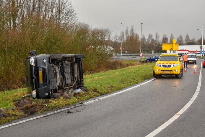Op de N11 gebeuren geregeld ongelukken, zoals vorig jaar met deze uit de bocht gevlogen bestelbus bij de oprit Hazerswoude.