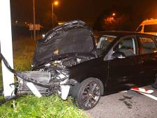 Auto ramt paal in Rijpwetering, vrouw gewond