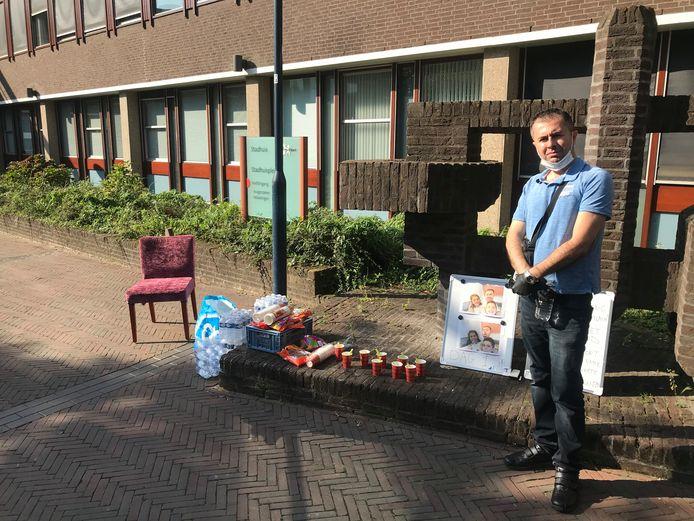 Gimo Baram begon dinsdagochtend een hongerstaking voor het stadhuis van Amersfoort en vertrok weer aan het eind van de middag.
