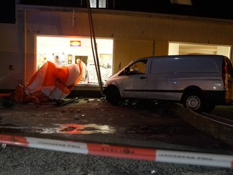 Busje rijdt opzettelijk tegen pui kringloopwinkel in Lieren