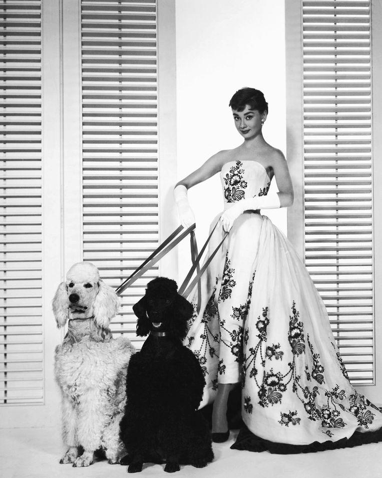 Witte strapless japon met zwarte bloemen en afneembare sleep, die Hepburn droeg in Sabrina. Beeld getty