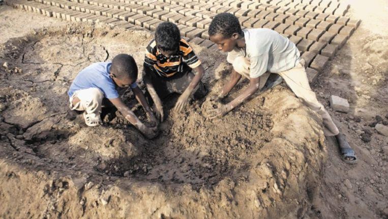 kinderen maken bakstenen van klei (FOTO'S JAN-JOSEPH STOK) Beeld