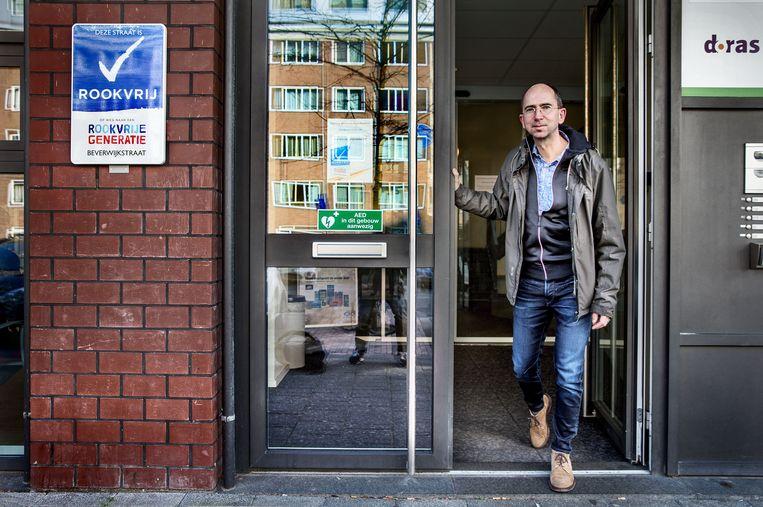 Huisarts David Koetsier voor de ingang van huisartenpraktijk in de Beverwijkstraat in Amsterdam Noord. Koetsier is initiator van de eerste rookvrije straat in Amsterdam. Beeld Jean-Pierre Jans