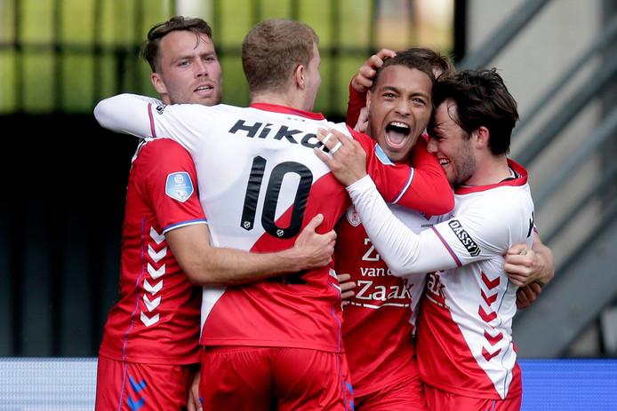 Cyriel Dessers is het middelpunt van de vreugde nadat hij FC Utrecht op 0-2 heeft gekopt.