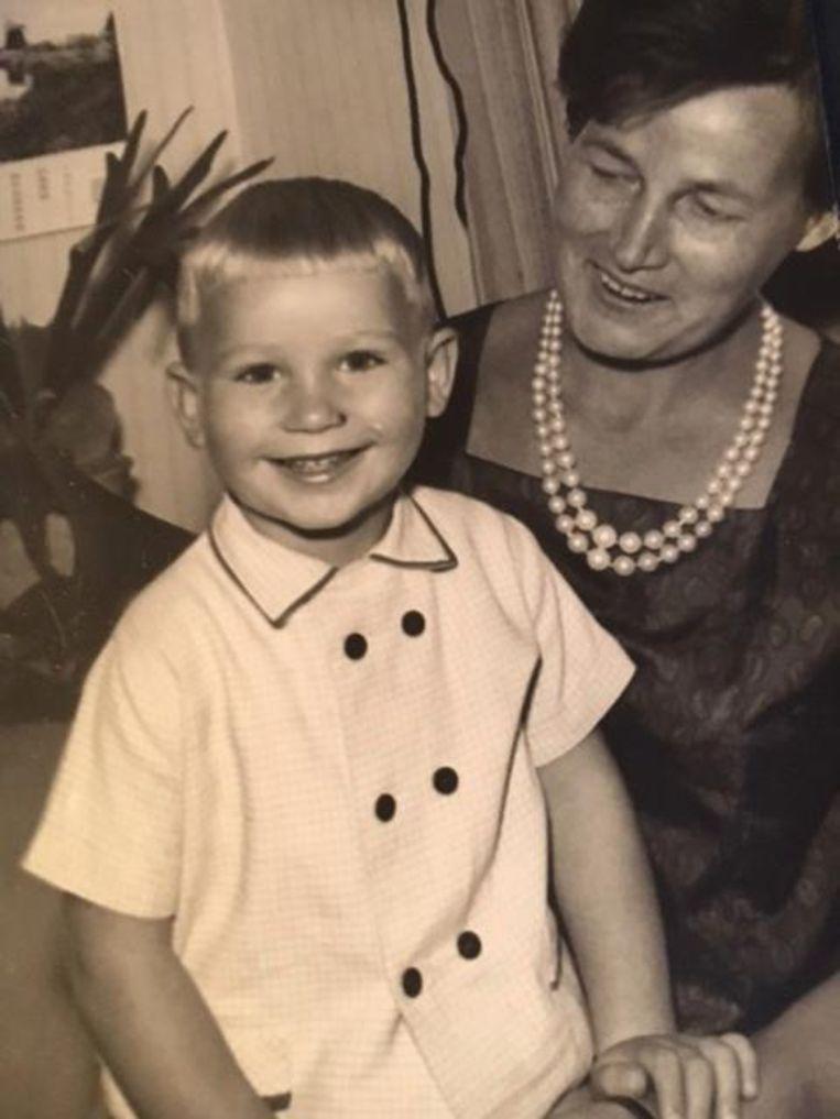 Peter Kee met zijn moeder in 1965. Beeld