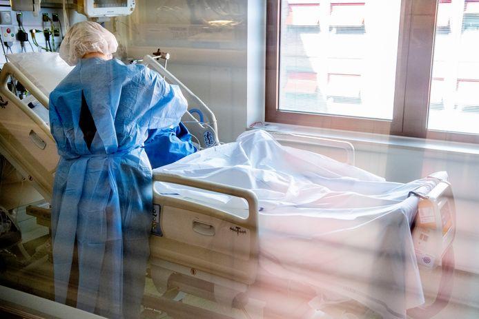 Een coronapatiënt wordt verpleegd op de intensive care. Dat sommige ziekenhuizen hun medewerkers nu dreigen met salarisinhouding als ze in hun vakantieland vast komen te zitten vanwege coronamaatregelen, is tegen het zere been van vakbond Nu91