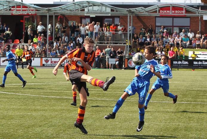 FC Zutphen verloor onder meer van KRC Genk (blauw).