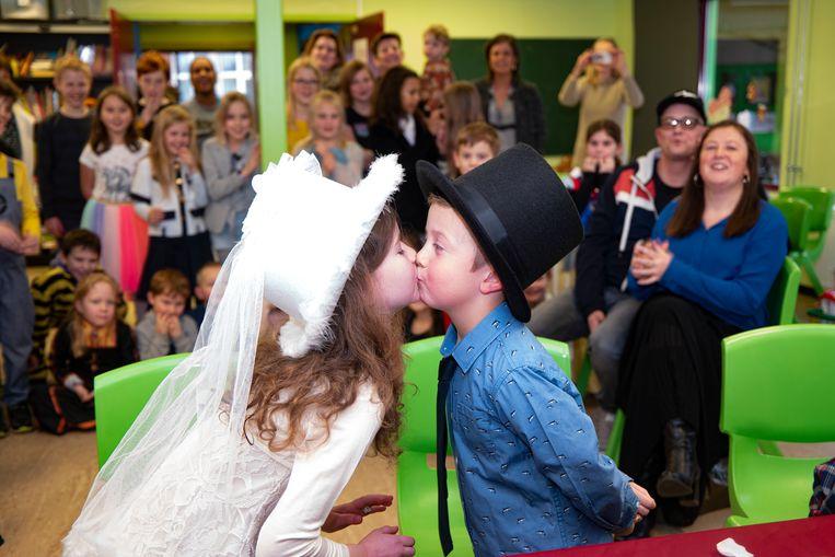 Tibo en Olivia zeggen 'ja' tegen elkaar en bezegelen met een kus.