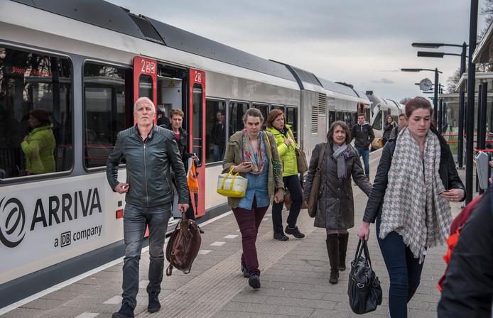 Barny Versteegen (links), die hier uitstapt op station Molenhoek, hield eind maart nog een handtekeningenactie tegen Arriva vanwege de slechte dienstverlening op de Maaslijn.