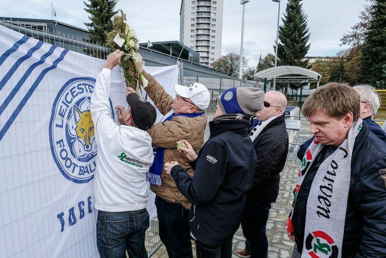 Enkele supporters kwamen bloemen leggen en een vlag van Leicester City ophangen aan het stadion van OHL.