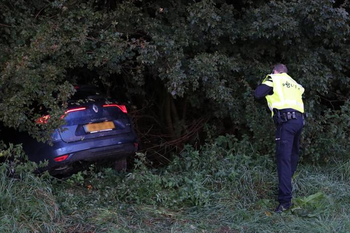 Een auto belandde naast de A6 bij Emmeloord door een botsing met een vrachtwagen.