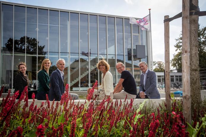 V.l.n.r.: Rianne Baggermans, Anne de Graaf, Karel Somers, rector Claire Arts, Jan Vervoort en Charles van de Meulengraaf.