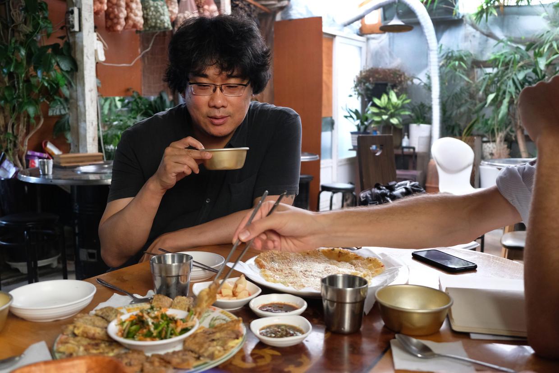 Zuid-Koreaanse filmgrootheid Bong Joon-ho gidst de Volkskrant door Seoul. Beeld Sangsuk Sylvia Kang