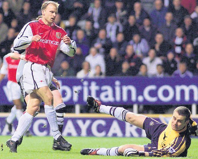 Shay Given heeft het nakijken na Dennis Bergkamp's fenomenale goal.