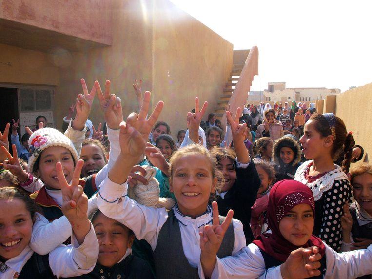 Kinderen op een meisjesschool in Hodh Sitta bij Hawija tonen hun blijdschap: ze hoeven geen hoofddoek meer om Beeld Judit Neurink