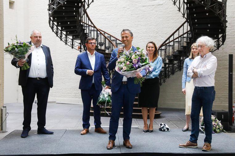 Egbert Lachaert geflankeerd door zijn tegenkandidaten, voorgangster Gwendolyn Rutten en de gerechstdeurwaarder, spreekt de pers toe na zijn overwinning.