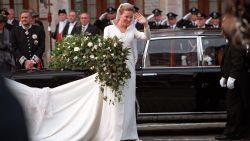 """""""We weten nog altijd niet waarom, maar het lokt nog steeds bezoekers"""" Bruidsboeket van Mathilde al twintig jaar te bewonderen in Sint-Martinusbasiliek"""