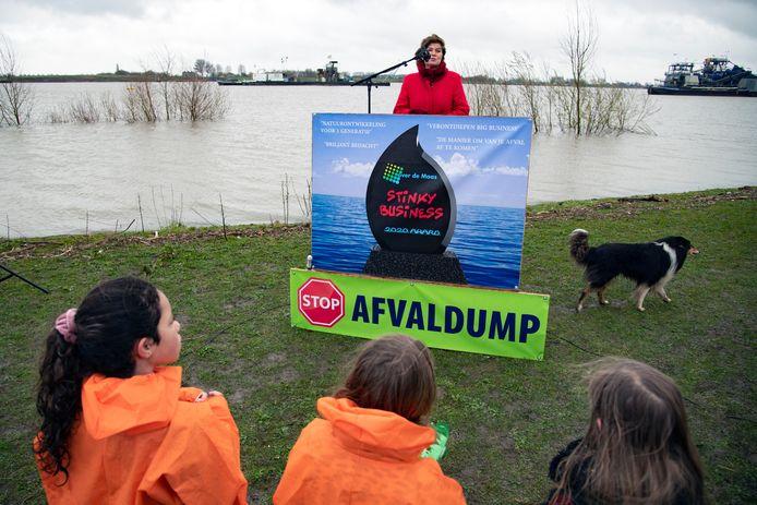 Wethouder Ans Mol van de gemeente West Maas en Waal spreekt demonstranten tegen granuliet toe.