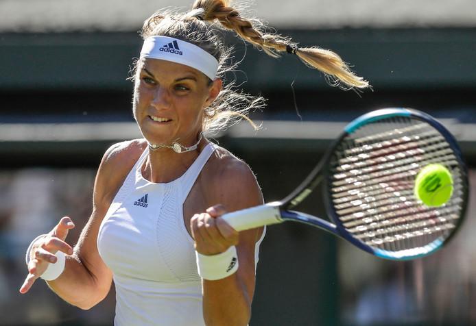 Arantxa Rus op Wimbledon in actie tegen Serena Williams.