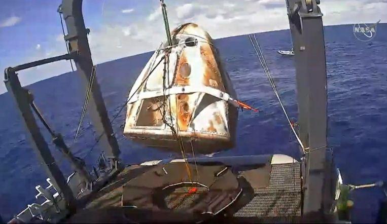 Inmiddels werd het vrachtruimteschip van het type Dragon opgehaald door een schip.
