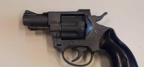 Vrouw vindt tijdens opruimen pistool en kogels in tas schoonzoon
