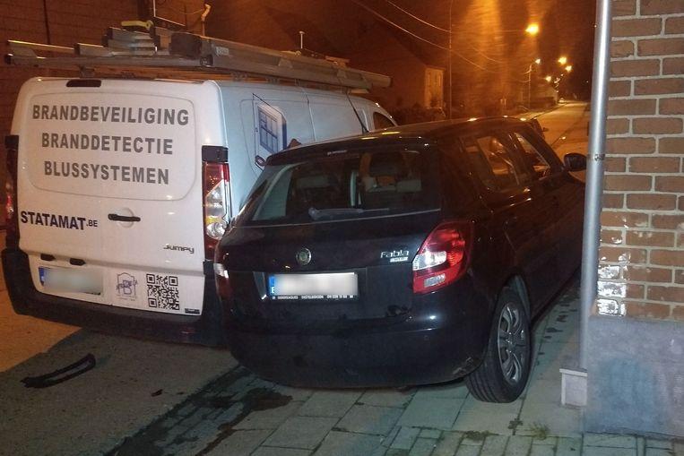 Een wagen werd tussen een andere geparkeerde wagen en een huisgevel gekatapulteerd.
