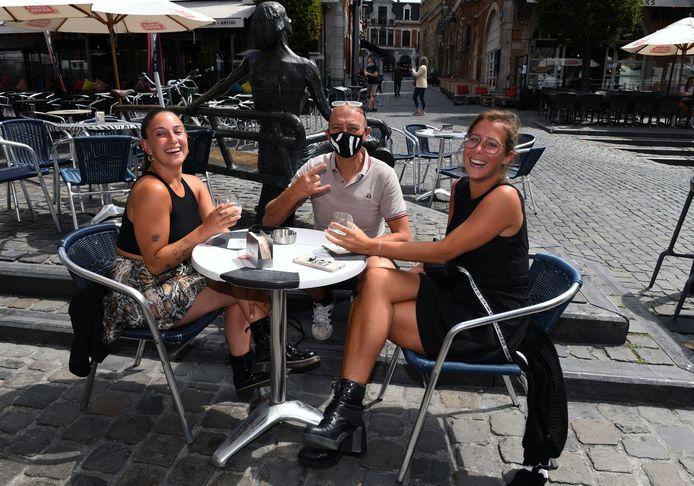 Karim, hier met twee klanten, van café Plaza op de Oude Markt gaat de wedstrijd OHL-Beerschot niet uitzenden.