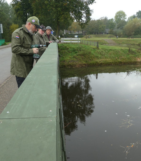 Gasthuisbrug Esch verkleed als houten Baileybrug voor 75 jaar bevrijding